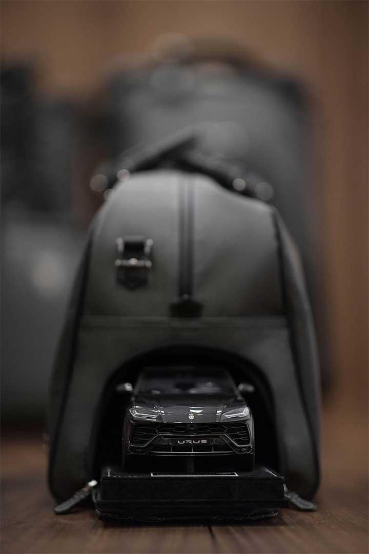 لامبورگینی تکنوموتورز دو سری چمدان چهارتکه از جنس الباف کربنی و۳۰ کت جیر با طرح ششضلعی و دو جفت کفش با رنگهای سهگانهی لامبورگینی تولید کرده است.