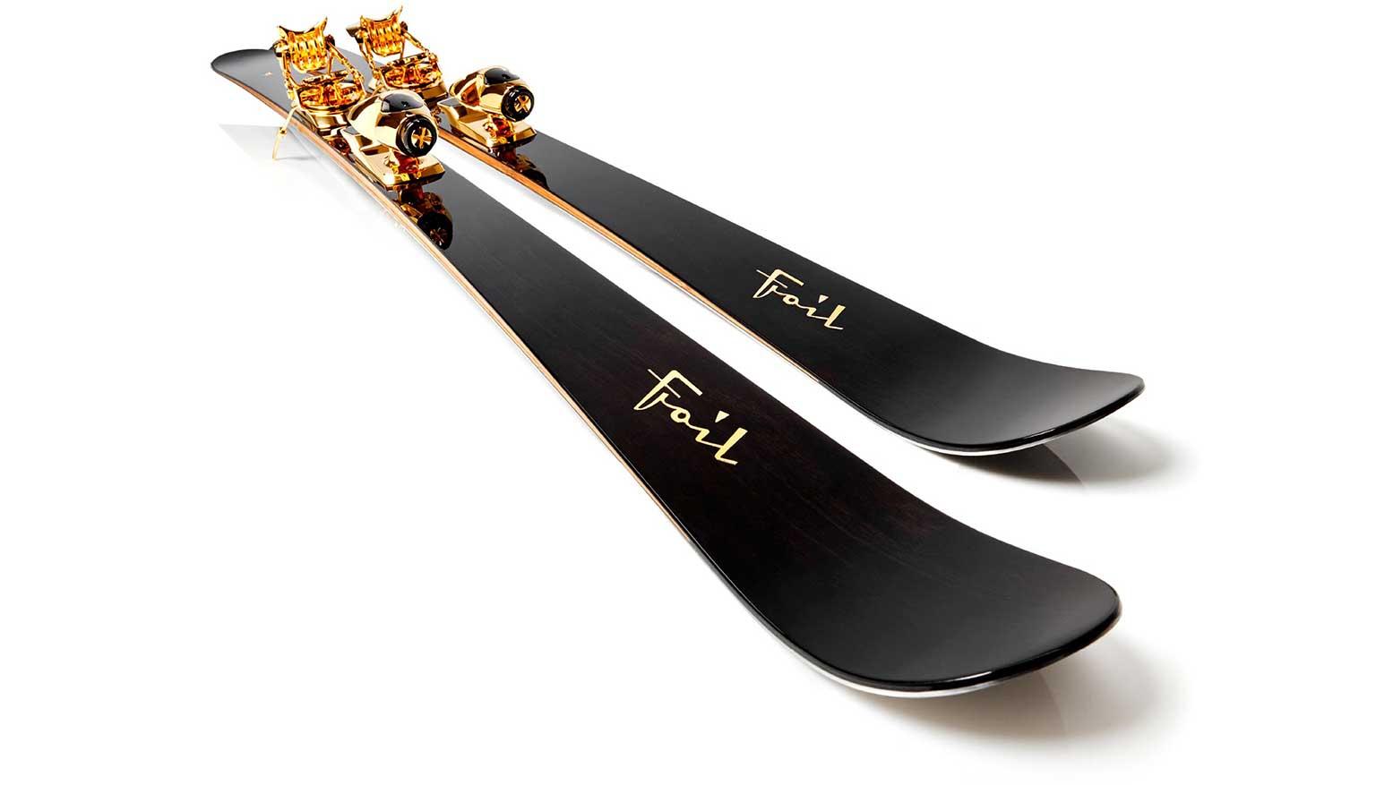 شرکتی به نام فویل اسکیز یک ست چوب اسکی فوق لوکس به قیمت ۴۲ هزار دلار به افتخار جکی چان از جنس چوب آمارانتو ساخته است که توپر و ضد آب است.