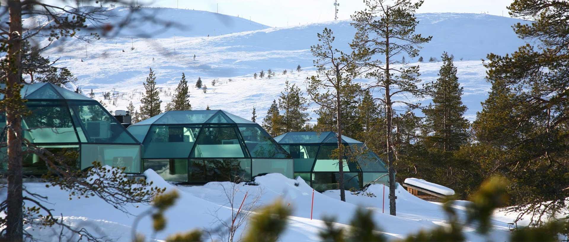 از داخل ایگلوهای شیشهای و در رختخواب گرم و نرم به آسمان شب لاپلند به شفقهای قطبی در شمالیةرین منطقه فنلاند به آسمان نگاه کنید.