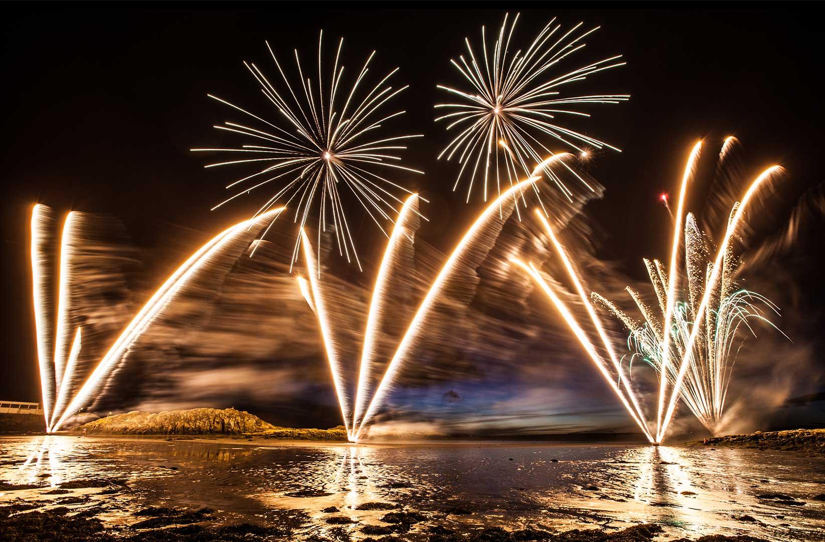 آتش بازی - مهمانی - سال نو - قایق - بر روی آب - سال نو