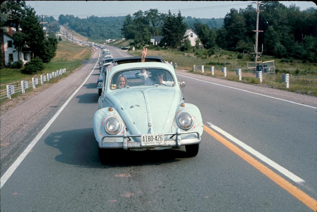 مردی در حال راندن بیتل در مسیر جشنوارهی موسیقی وودستاک