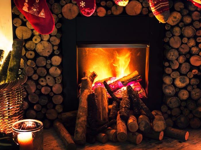 استراحت کنار آتش در کریسمس