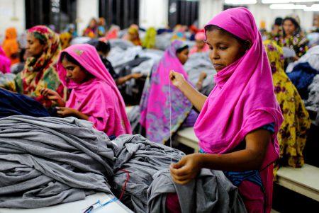 تعدادی کارگر صنعت مد و پوشاک در حال کار در کارگاهی واقع در هند