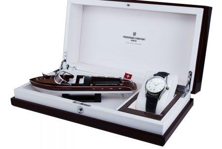 جعبهی یک ساعت که در آن یک فیگور تزیینی و یک ساعت قرار گرفته است.