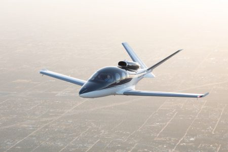 یک جت شخصی در حال پرواز