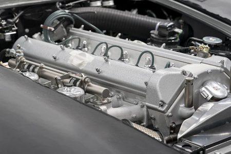 موتور یک ماشین که از نمای نزدیک عکاسی شده است