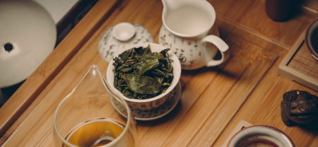 یک چای دمی در ظرف مخصوص دم کردن چای