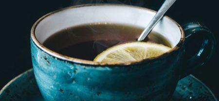 فنجان چایی که در آن لیمو و چای ریخته شده است