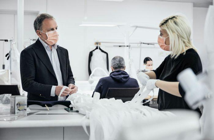 دو شخص در حال بحث در مورد تولید یک پیراهن