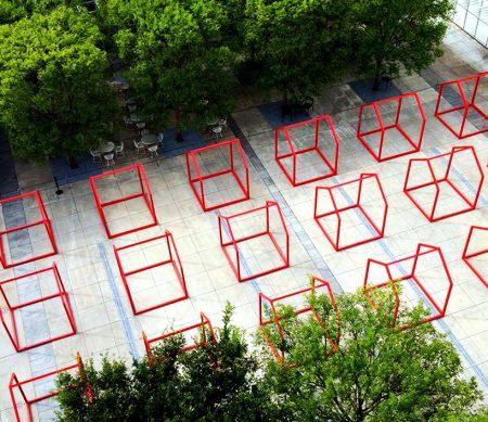 تعدادی از یک سازه که به شکل چارچوب خانه است و رنگی قرمز رنگ دارد